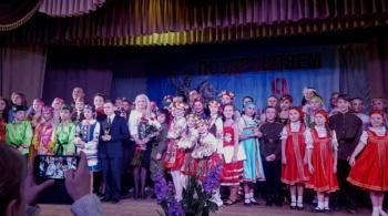 Ирина Михайловна Глусская с участниками межнационального фестиваля искусств «От героев былых времён...»