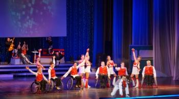 В своих номерах «Ступени» никогда не используют инвалидные коляски как средство разжалобить зрителей; коляски органично «вплетены» в сюжет, это полноценный реквизит. / Фото: предоставлено танцевальным коллективом «Ступени»